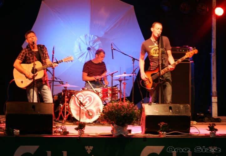 One Size Trio optræder live